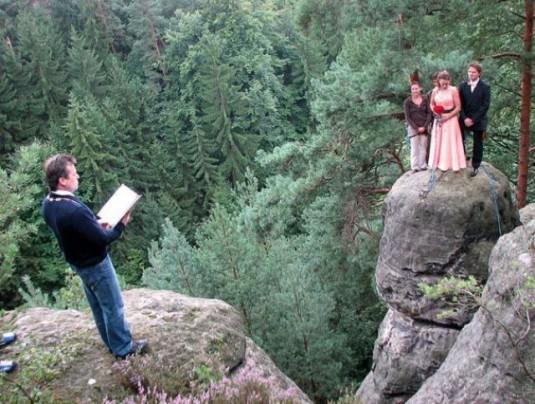 прикольная свадьба  на скале