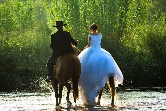 прикольная свадьба верхом на лощади