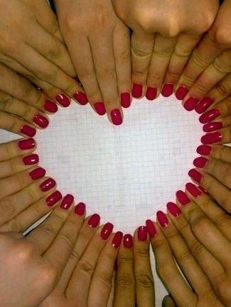 идеи фото с подружками невесты: сердце из ногтей