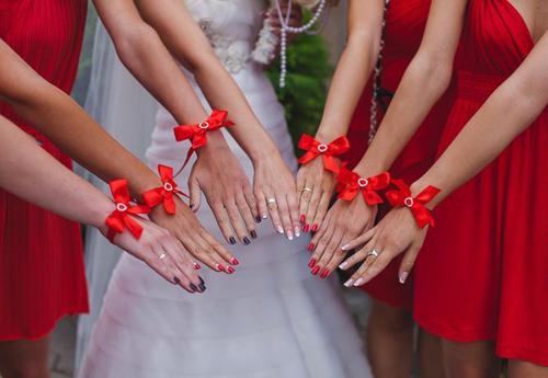 идеи фото с подружками невесты: браслеты