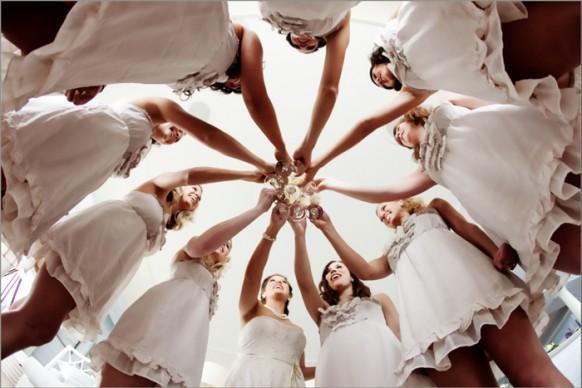 идеи фото с подружками невесты: необычный ракурс