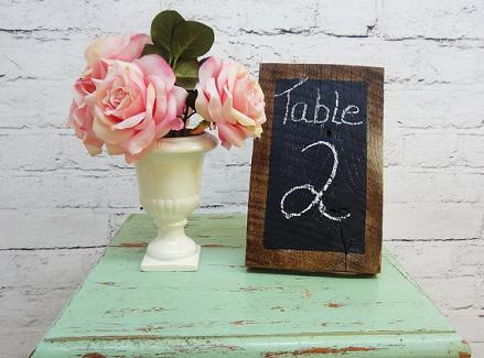 Номер стола на свадьбу грифелем на доске