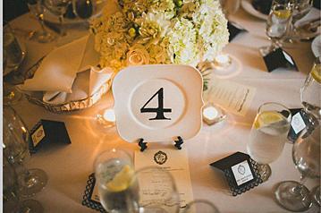 номер стола на свадьбу на тарелке