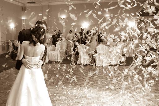 оригинальный свадебный танец: обсыпают перьями