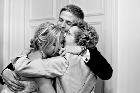 идея фотографии жениха с мамой и невестой