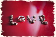 слова love  с обручальным кольцjv