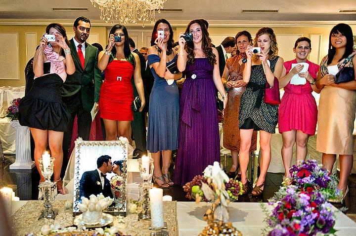 поцелуй жениха и невесты в зеркале