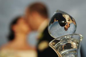 поцелуй жениха и невесты: